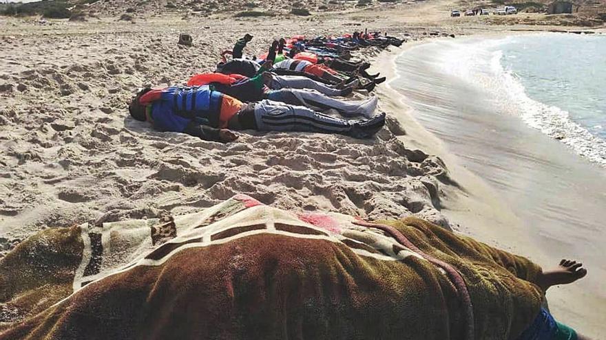 74 personas fallecen tras un naufragio en la costa de Libia