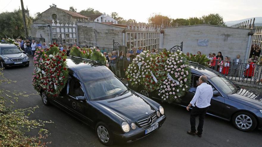 Cientos de personas despiden a las tres mujeres asesinadas en Valga