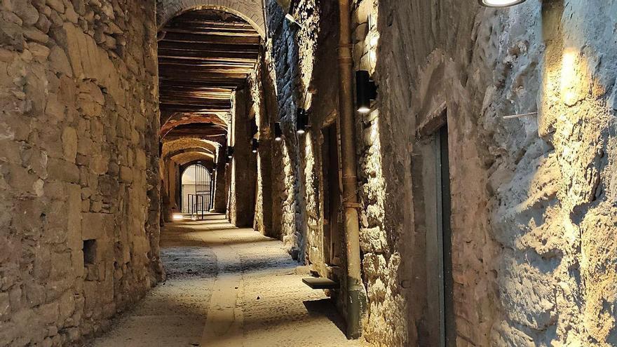 Recta final de les obres que completen la millora del carrer medieval del Balç