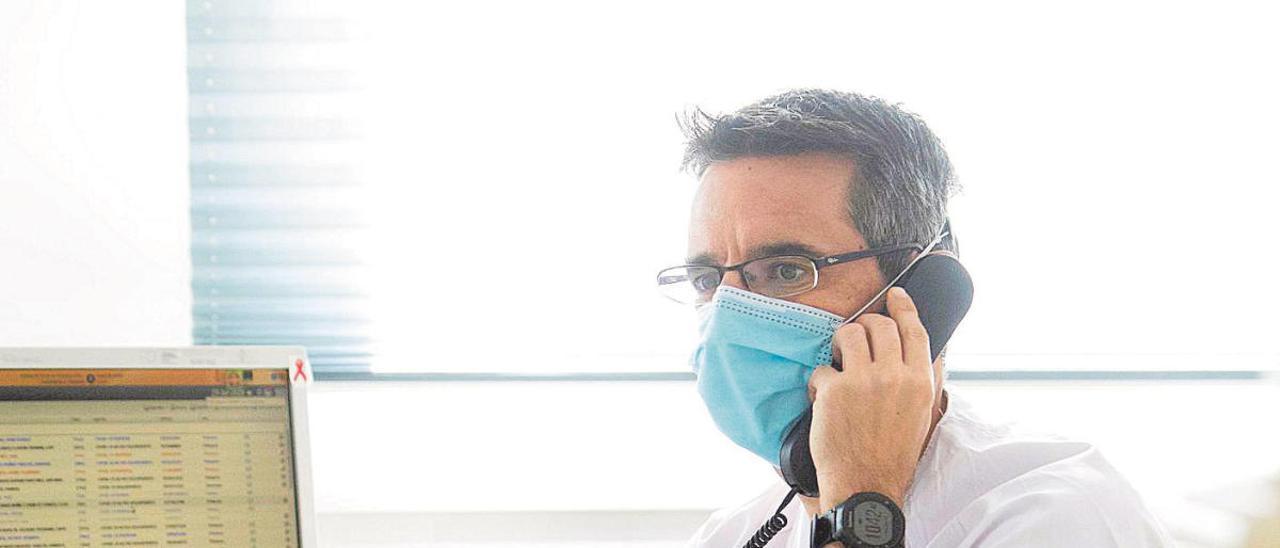 Carlos Rabadán, al teléfono, desde su puesto de trabajo en un centro de salud de la Comunidad.