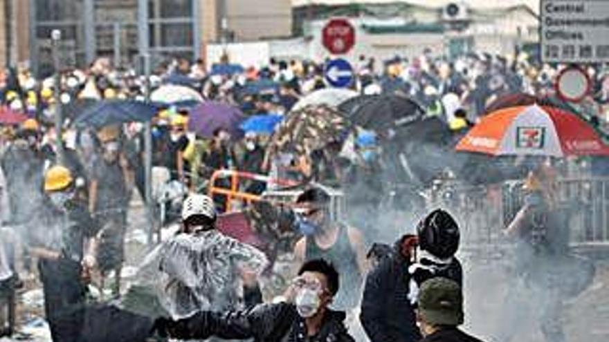 Hong Kong aplaza la ley de extradición a China en una jornada de duros choques