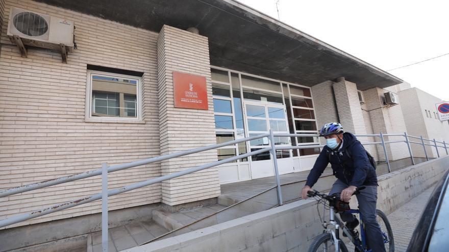 Duras críticas de familiares de la residencia de Altabix a las consellerias por el abandono en plena crisis