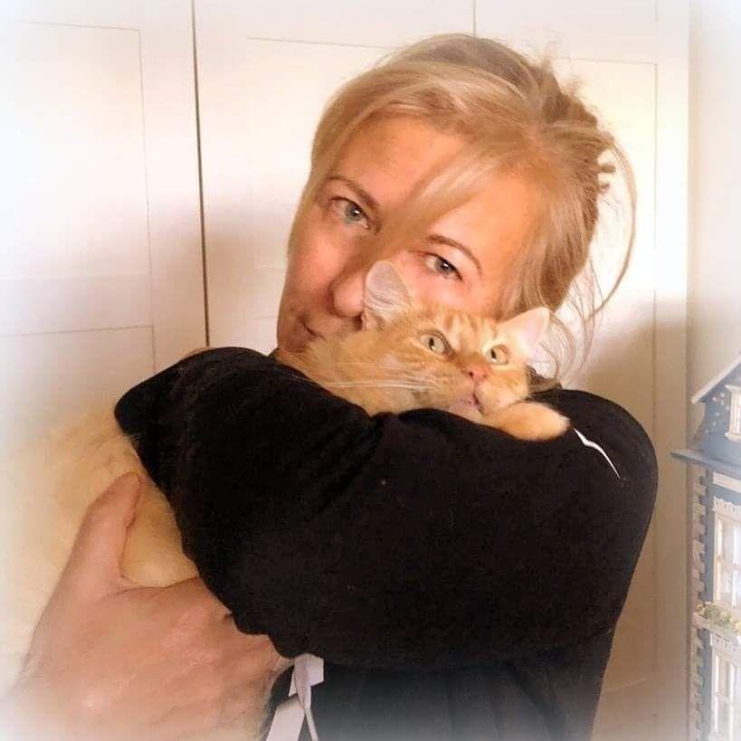 Chiqui Cueto, con su gata Freya, adoptada.