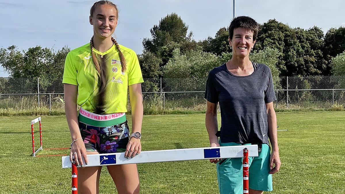 Aitana Radsma i Elena Poquet, al camp municipal de Ventalló