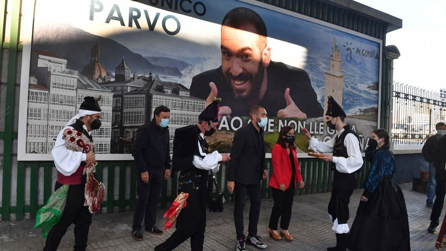 Jorge Ponce inaugura en A Coruña la valla que le convierte en 'el único tonto al que no le gusta A Coruña'