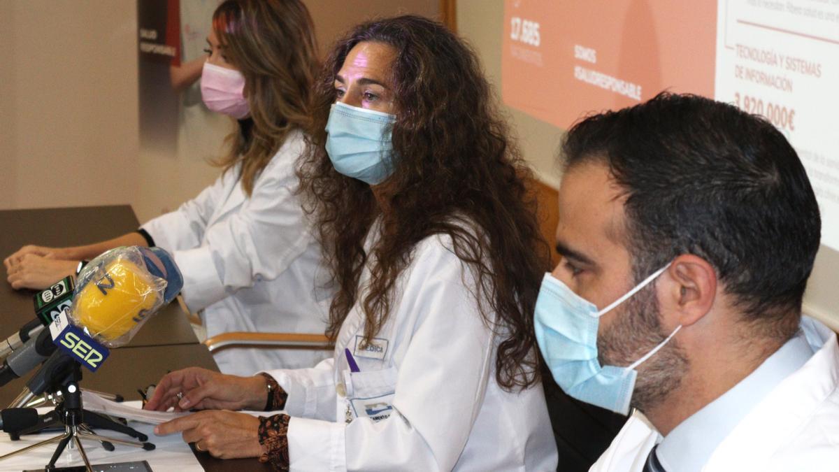 Rueda de prensa de Eva Baró, junto al director Médico y la directora de Enfermería.