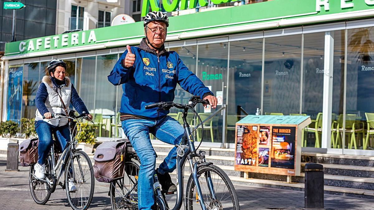 Dos ciudadanos pasean en bicicleta por primera línea de playa. | DAVID REVENGA