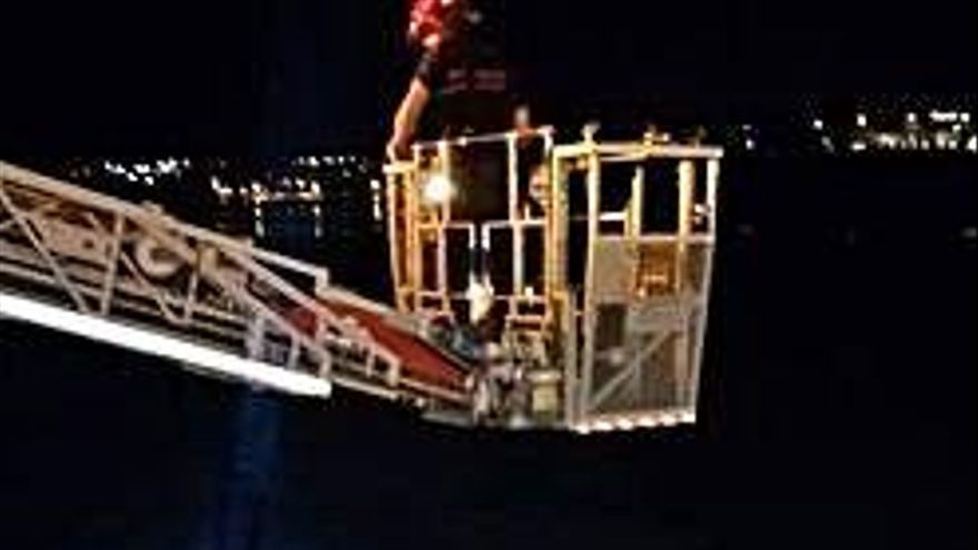 Rescatado tras caer con su coche al mar en Sada