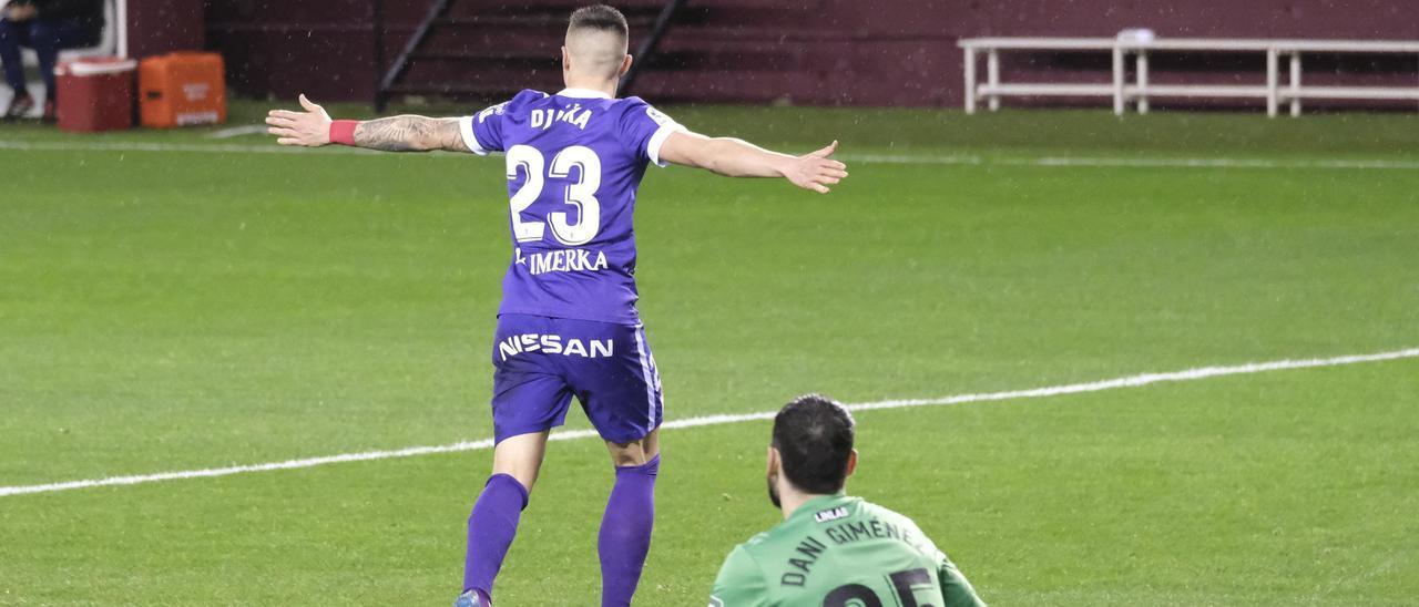 Uros Djurdjevic celebra un gol con el Sporting en Las Gaunas