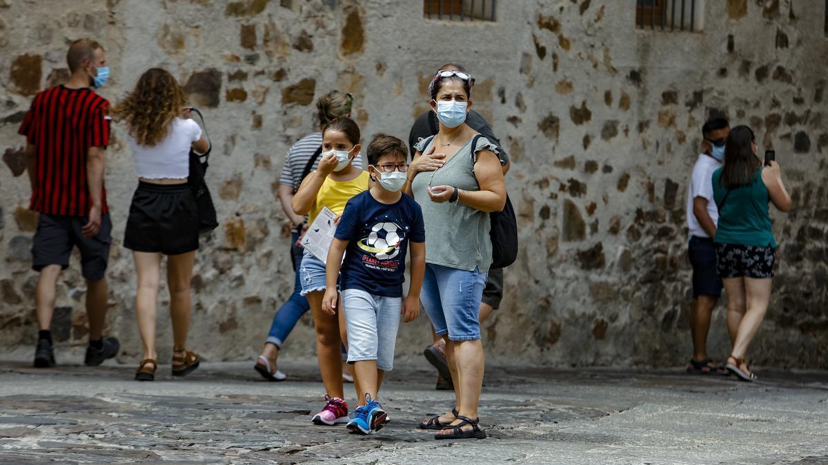 Turistas recorren la ciudad monumental de Cáceres, el pasado verano.