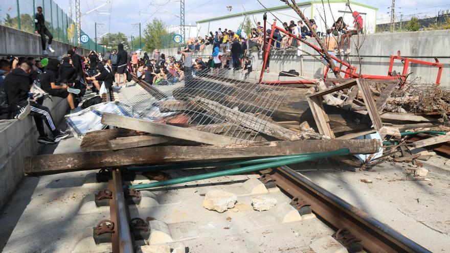 Els manifestants abandonen les vies de l'AVE i del tren convencional a Girona