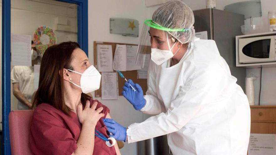 Los retrasos en la vacunación se unen al aumento alarmante de contagios