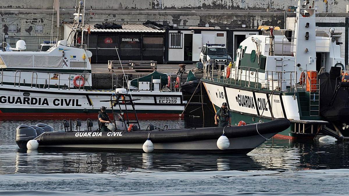 Especialistas de la Guardia Civil operan en el puerto santacrucero durante una jornada de búsqueda de Anna y Olivia.