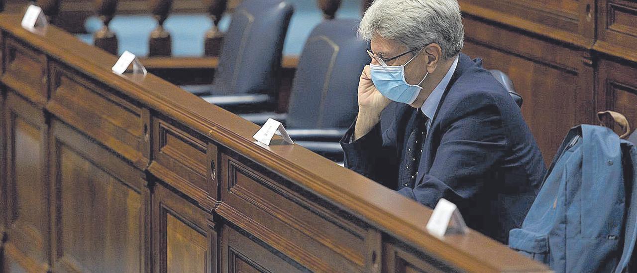 El consejero de Presidencia, Justicia y Seguridad, Julio Pérez, ayer en el pleno del Parlamento.