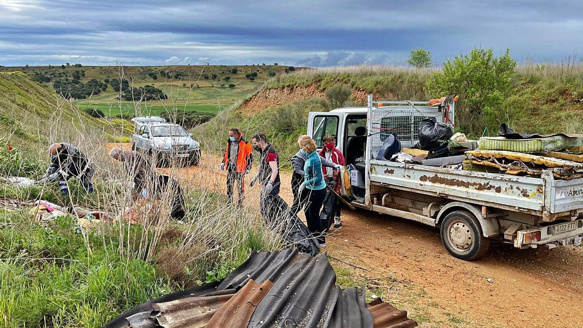 Participantes en la jornada limpian el camino de Picaltordo en el pago de Valdeví de Toro | Cedida