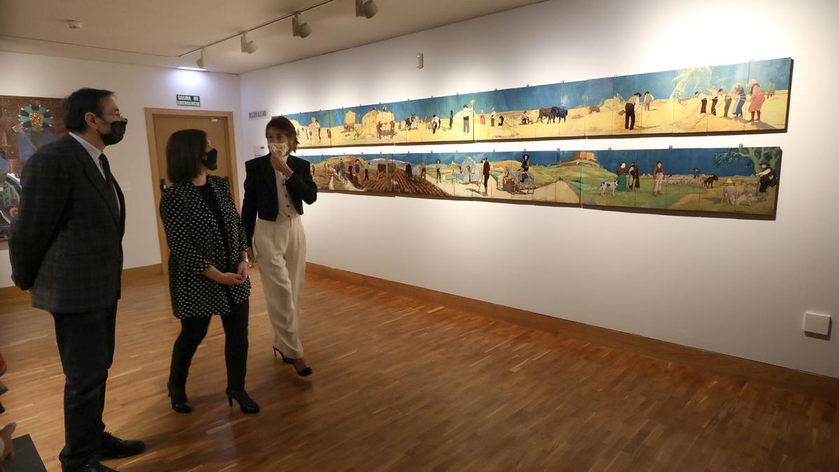 Abraham Rubio, Sara Fernández y Margarita Ruyra de Andrade, este miércoles frente a la obra 'Faenas de trilla', dentro del estilo del Regionalismo.