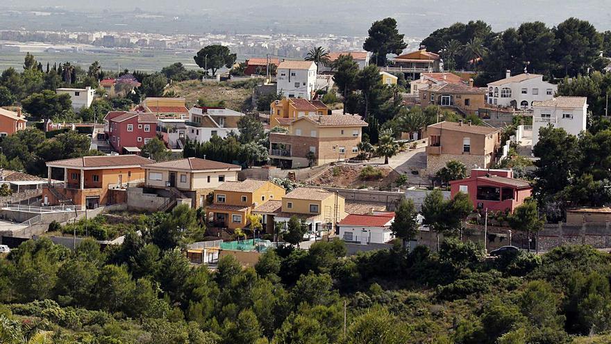 Un colector evitará vertidos al monte en la urbanización que lleva 50 años inacabada
