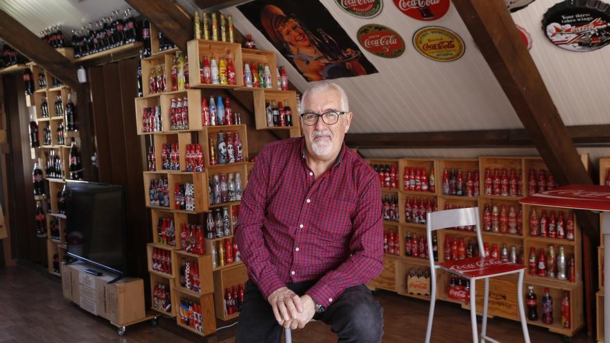 Francisco Soto, en el espacio en el que expone su colección de botellas
