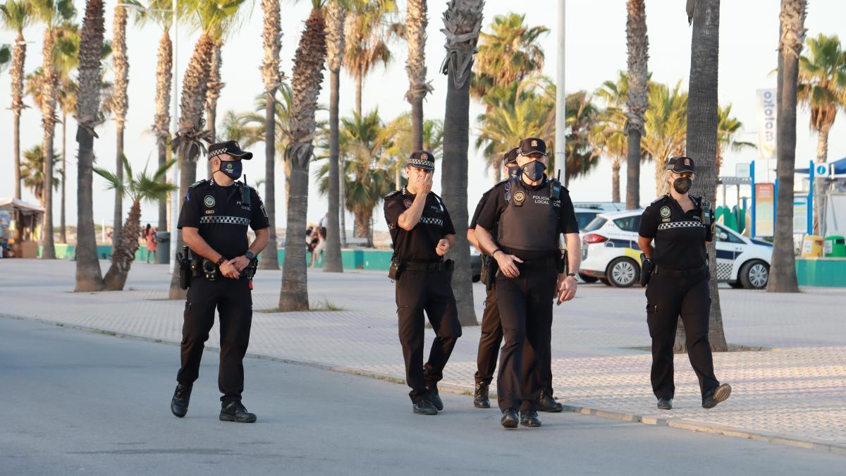 ViLos ayuntamientos, especialmente, los de la costa, han puesto en marcha dispositivos policiales para evitar los botellones.
