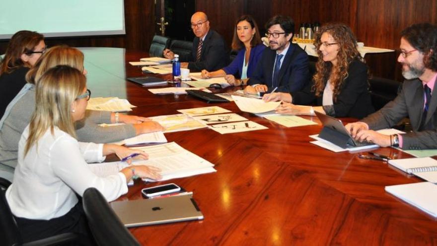 Chacón arranca la negociación de los planes de empresa de las autoridades portuarias