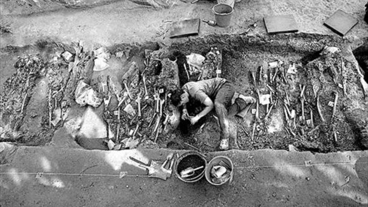 Trabajos de exhumación en la fosa común de la sierra de La Pedraja.