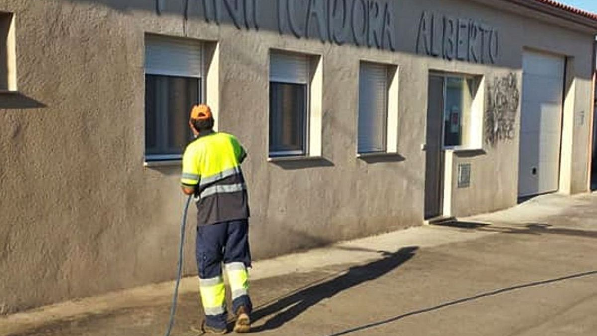 Un operario desinfecta una de las calles de la localidad. | Ayuntamiento de Roales del Pan