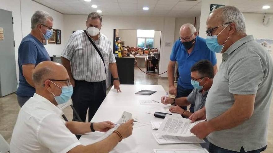 El alcalde de Monóvar firma los convenios con varias asociaciones culturales
