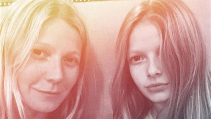 La hija de Gwyneth Paltrow le lee la cartilla en público