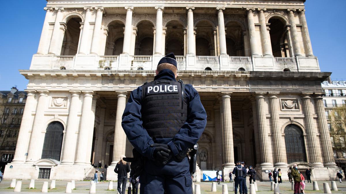 Un agente de Policía en París.