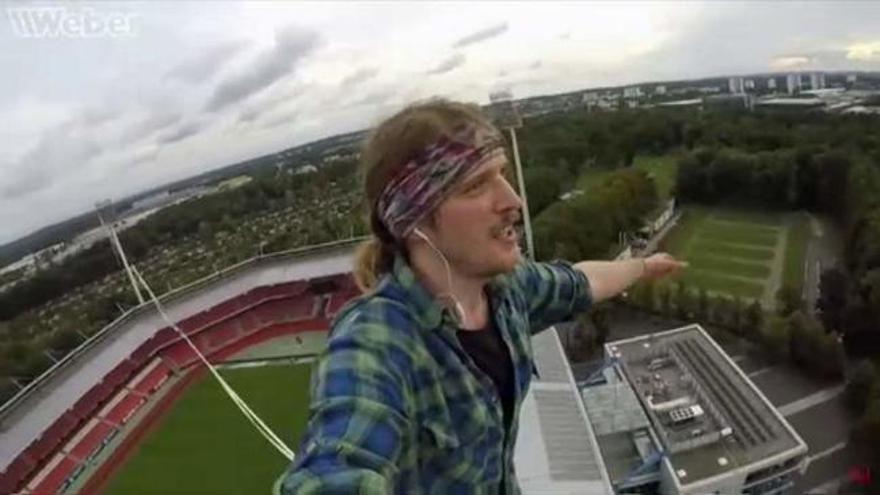 Un funambulista de récord camina a 73 metros de altura