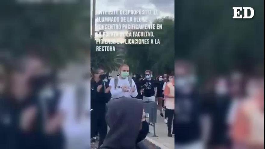 Estudiantes de la ULL se congregan frente a los juzgados de La Laguna en apoyo a los dos jóvenes detenidos
