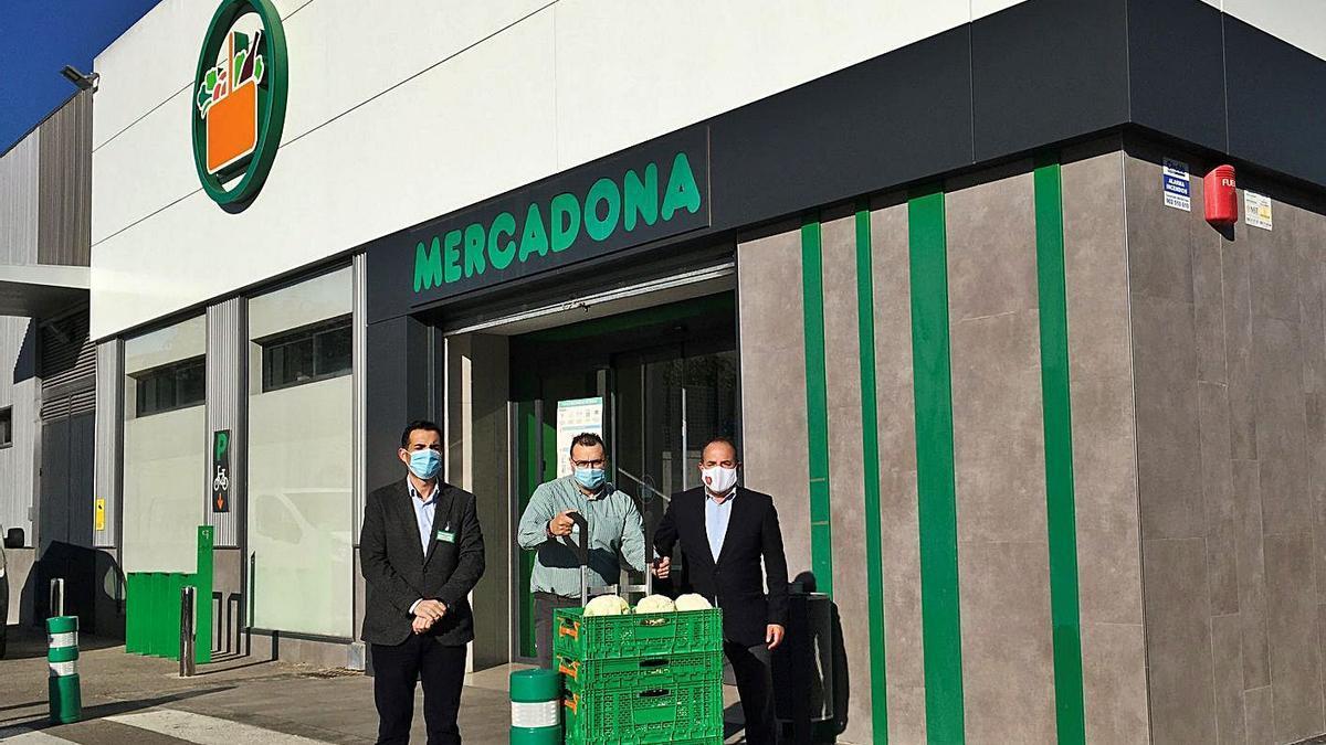 Luis Consuegra y Carlos Baño durante la entrega de uno de los lotes de alimentos.