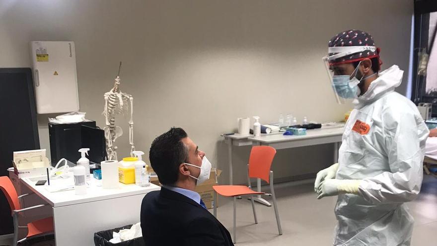 El personal del CEU de Elche se realiza test de antígenos para reincorporarse tras la Navidad