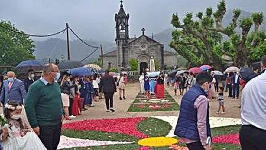 Peitieiros honra a la Virgen de Fátima con alfombras florales