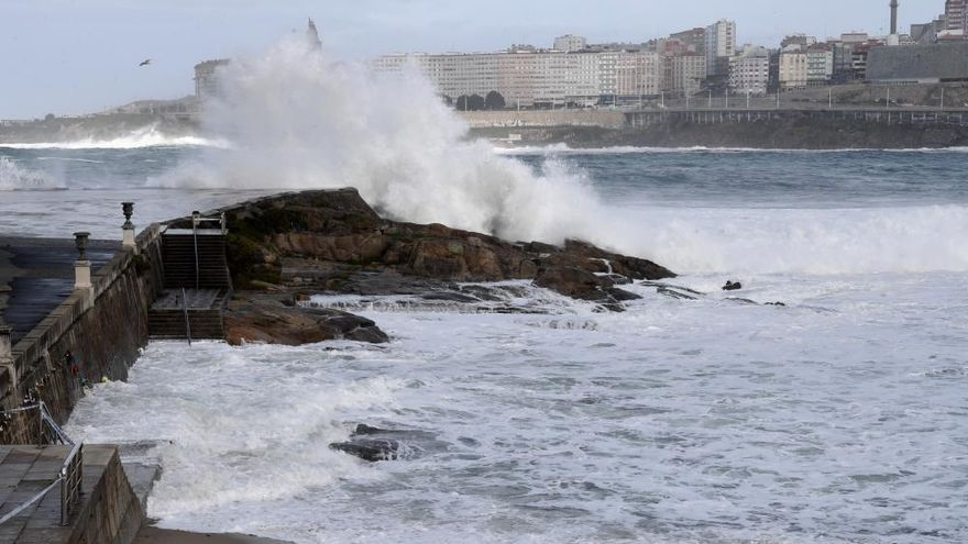 Cerrado un tramo del paseo marítimo por las malas condiciones del mar