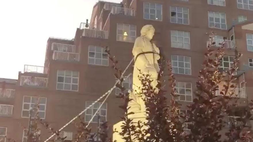 Derriban una estatua de Colón en Baltimore