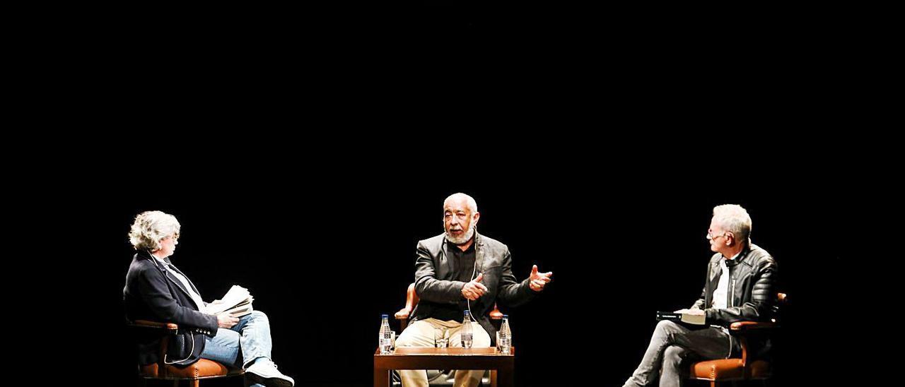 Por la izquierda, Ana González, Leonardo Padura y Ángel de la Calle, ayer, en el teatro Jovellanos.   Juan Plaza