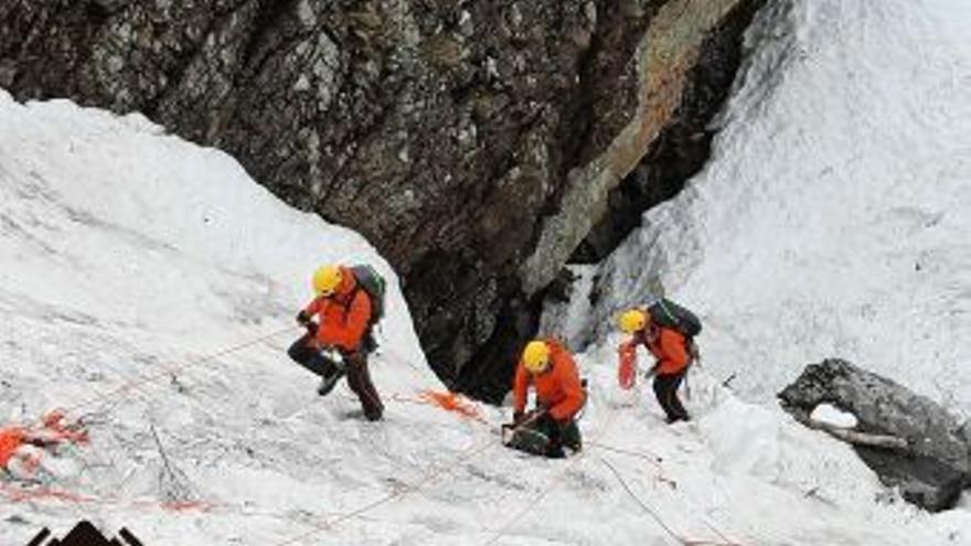 Con palas para retirar la nieve y nuevos trabajos de sondeo, así continúa el rastreo del trabajador desaparecido en Sna