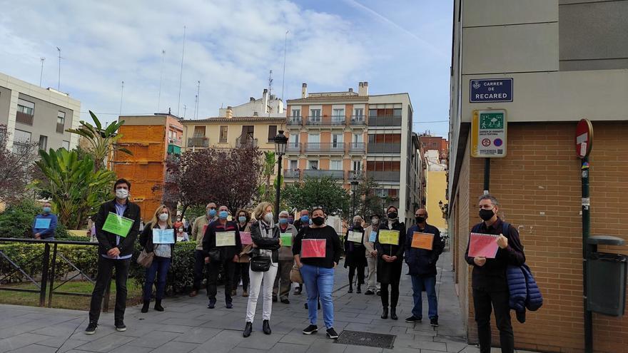 """Familias de residentes de Velluters protestan contra su adjudicación a DomusVi: """"Nuestros mayores no son un negocio"""""""