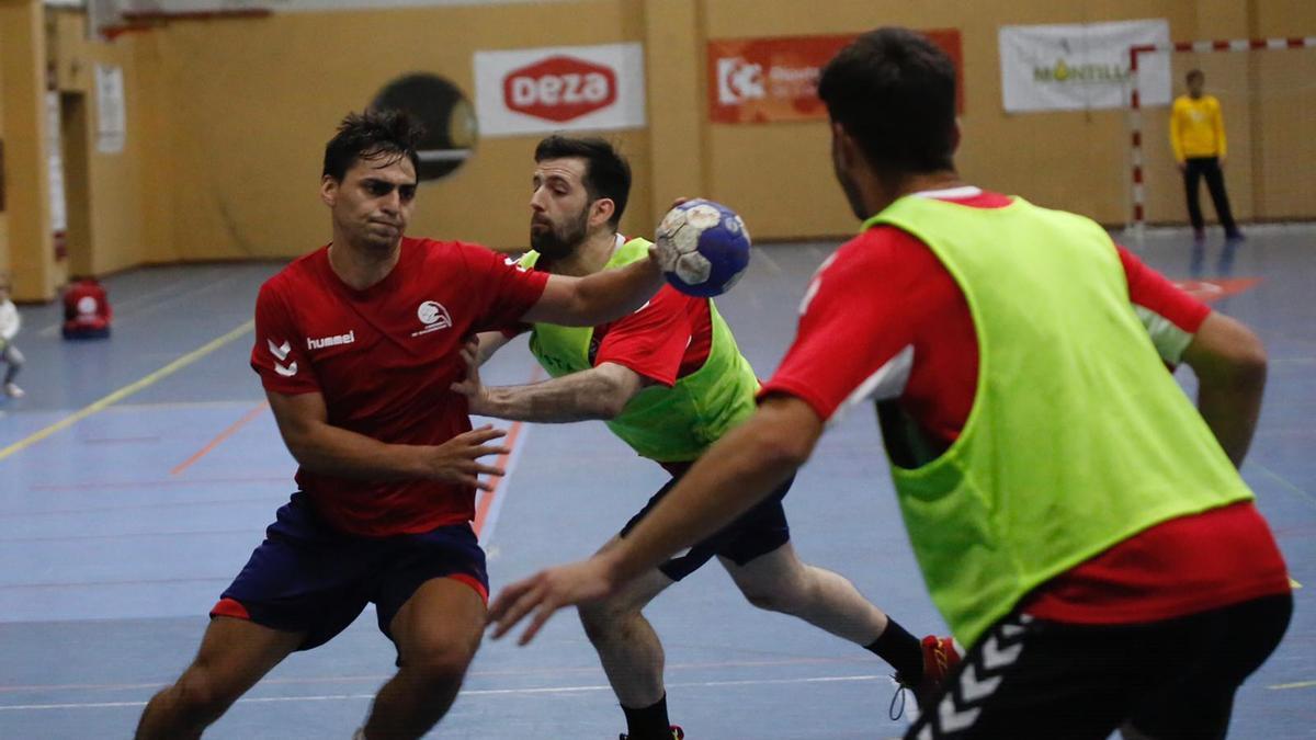 Daniel Ayala, con el balón, pugna con Aitor Gómez en un entrenamiento.