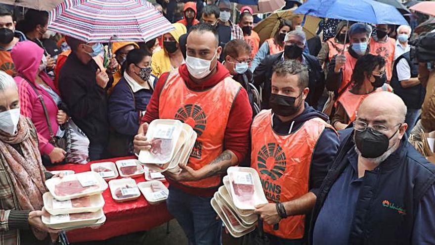 Carne gratis en protesta por los bajos precios