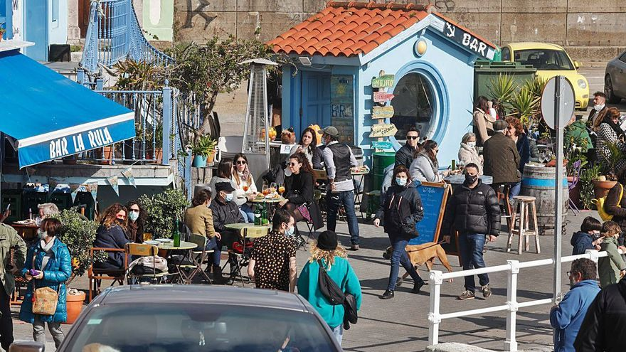 El alivio de las restricciones y el buen tiempo sacan a la calle a los asturianos