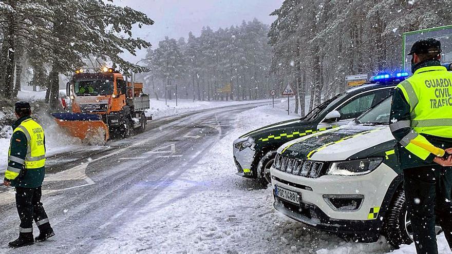 La nieve, que deja paso a las lluvias, dificultó el tráfico en Casaio y Manzaneda