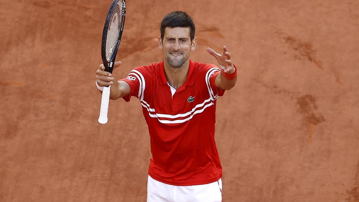 Djokovic celebra con la afición su triunfo del domingo en Roland Garros.