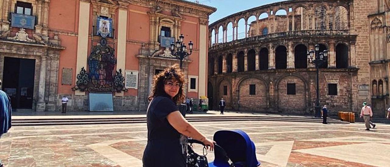Clara Ortí, junto a su bebé, visita la Catedral de València.  | LEVANTE-EMV