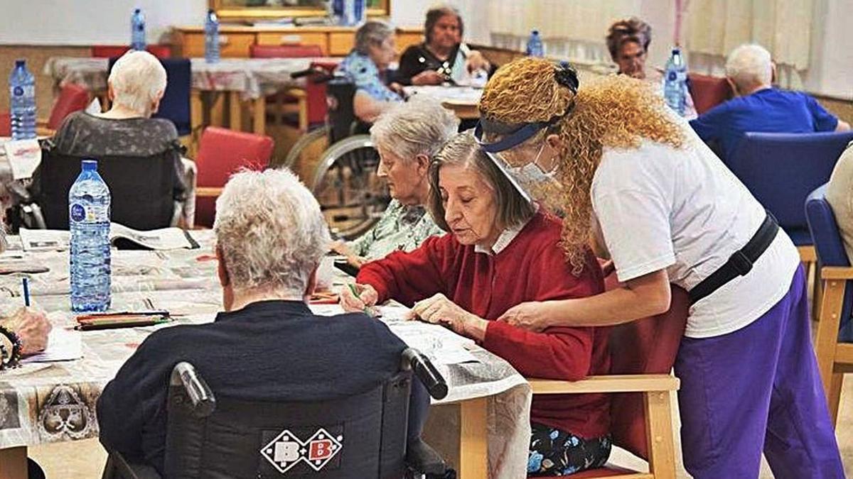 Els professionals de la residència Sant Víctor d'Artés mentre atenen els usuaris del centre  | ARXIU/OSCAR BAYONA