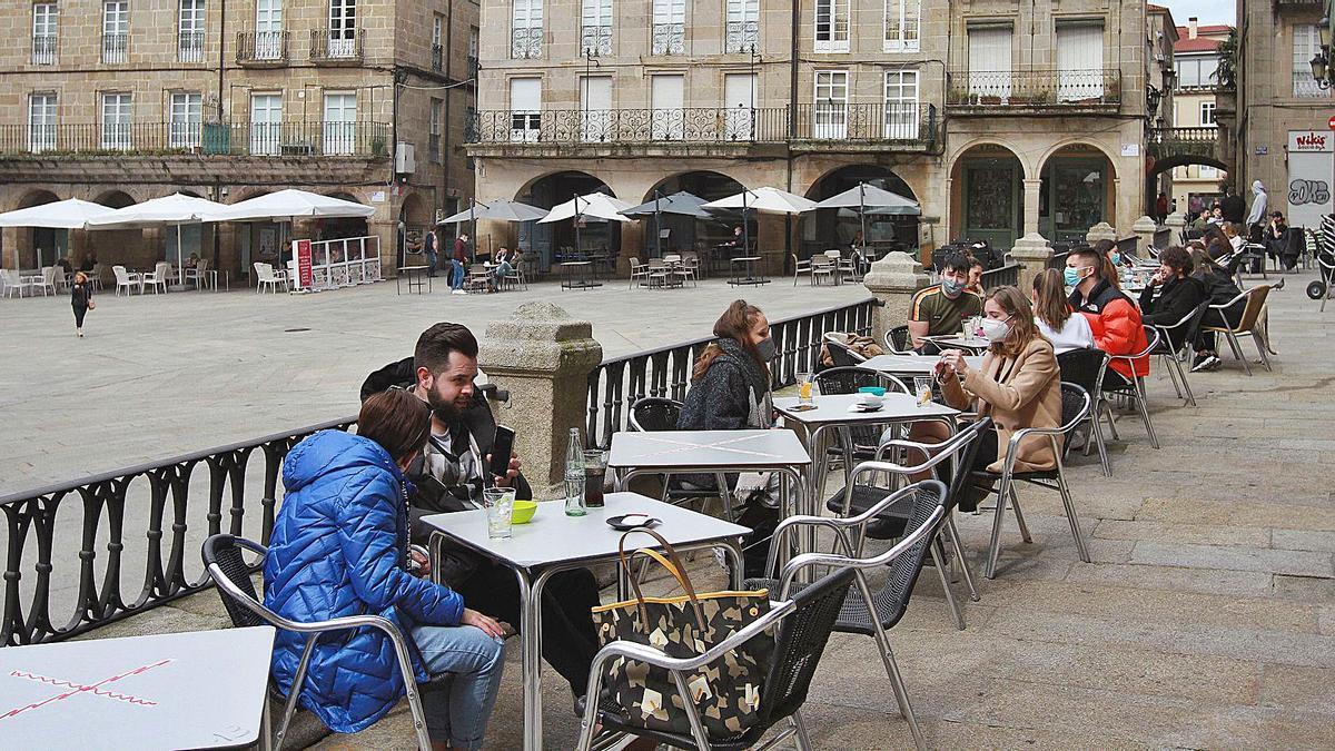 Vista parcial de las terrazas de la plaza Mayor; en primer término, las situadas sobre el llamado espolón de la misma.     // IÑAKI OSORIO