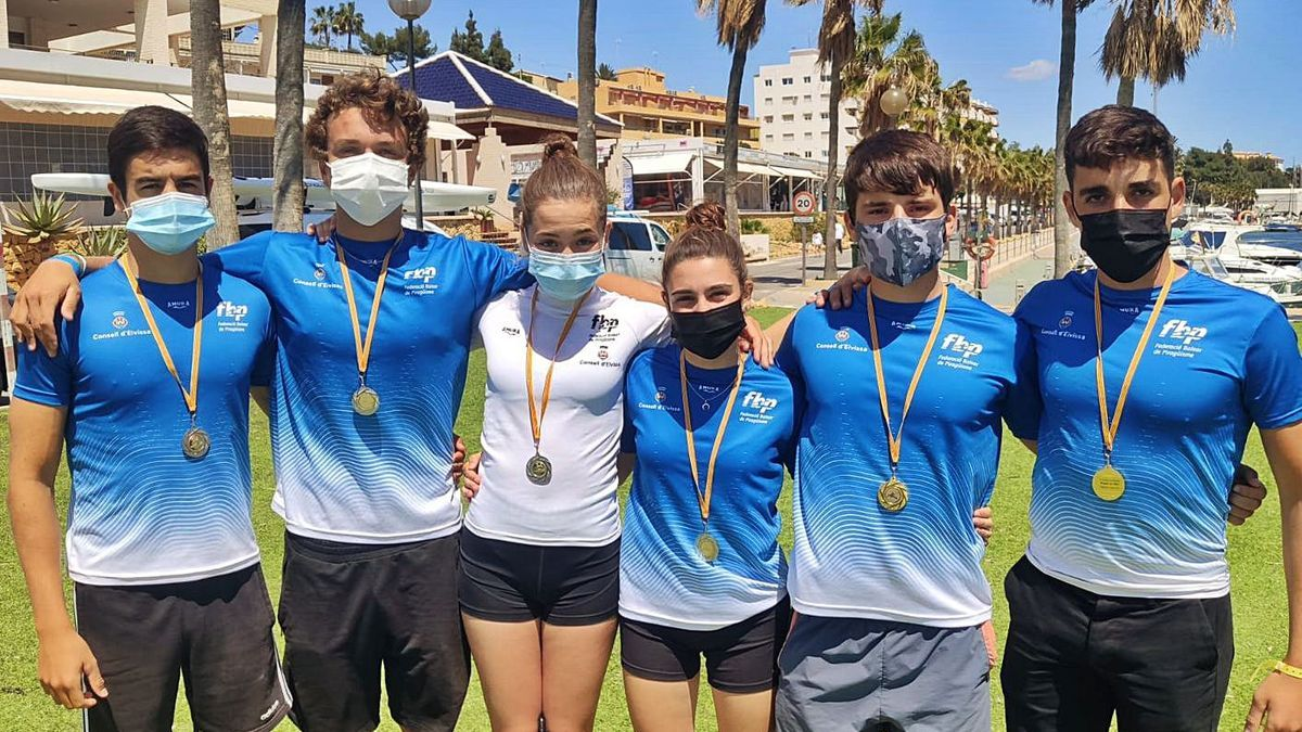 Foto de grupo de los palistas cadetes del Club Nàutic Sant Antoni que se hicieron con medallas. | CNSA