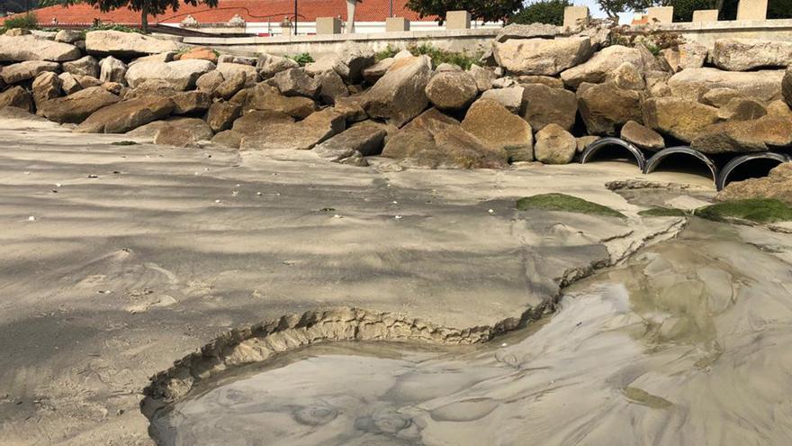 Así llegan a la playa de O Señal las aguas fecales de la plaza de abastos de Cangas