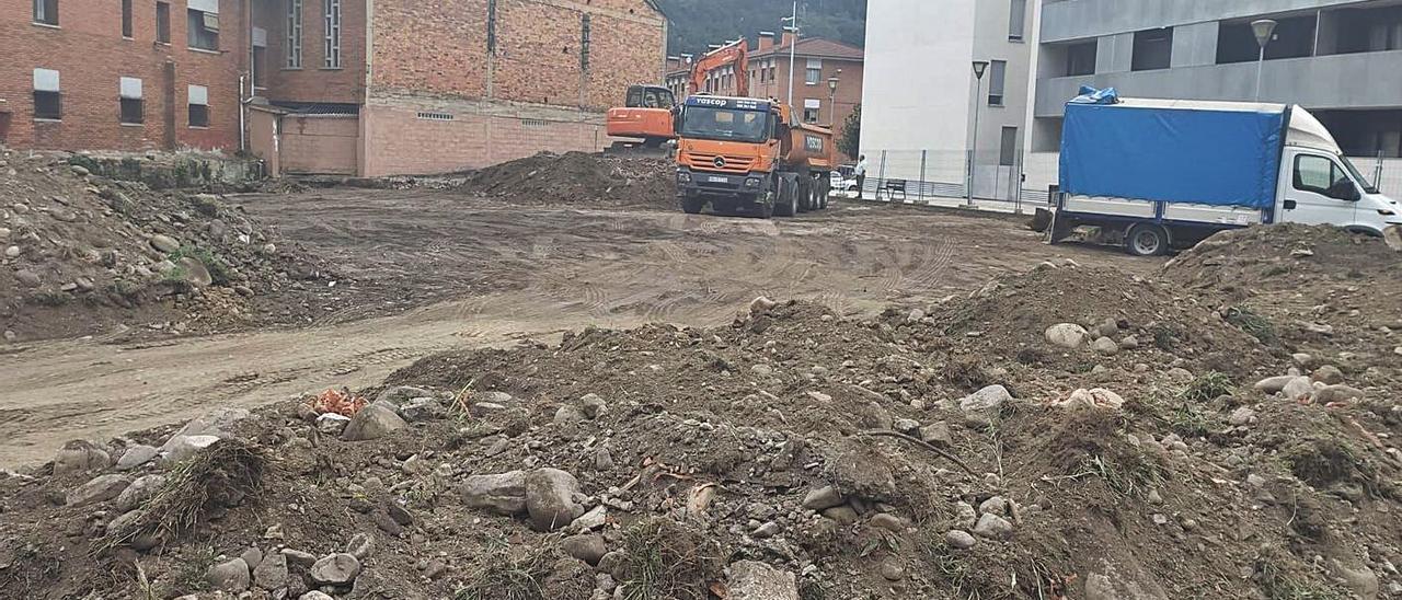 Movimiento de tierras en el espacio donde irá el aparcamiento de la Mayacina. | D. M.